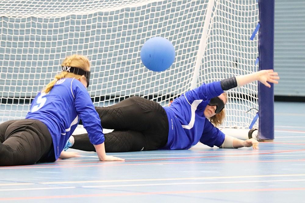 Kuva Pajulahti Gamesista vuodelta 2019. Kuvassa Iida Kauppila keskellä kääntyneenä kohti laitapelaajaa. Oikealla Miina Grönroos torjumassa vielä ilmassa olevaa palloa.