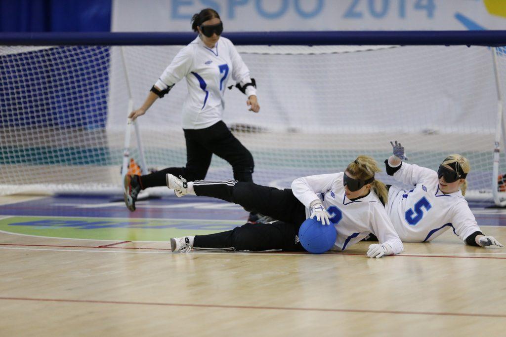 Kuva vuoden 2014 Espoon MM-kisoista. Kuvassa Katja Heikkinen vasemmalla, Krista Leppänen keskellä torjumassa palloa ja Iida Kauppila oikealla.