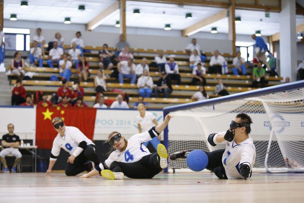 Kuva 2014 Espoon MM-kisoista. Kuvassa Petri Posio vasemmassa reunassa, Erkki Miinala keskellä kääntyneenä oikeaan laituriin päin ja oikealla Jarno Mattila varmistamassa ja torjumassa palloa.
